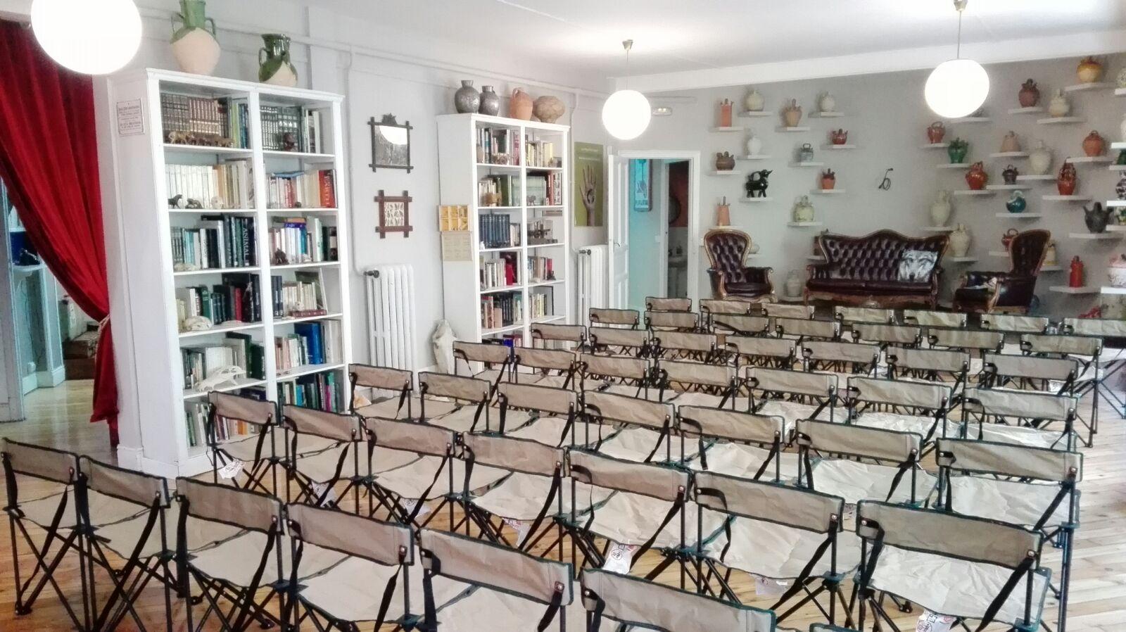 salón con sillas